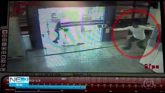 Câmera de segurança mostra vigilante sendo morto a tiros em assalto a carro-forte no Recife; veja vídeo