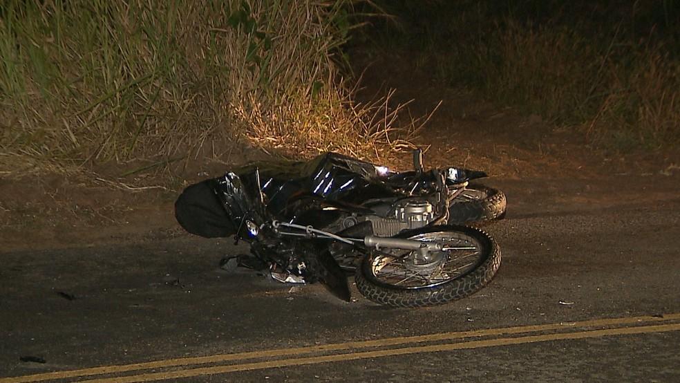 Homem que morreu estava em uma moto e atropelou um cavalo que estava solto na pista, em Santa Rita, na Paraíba — Foto: Reprodução/TV Cabo Branco
