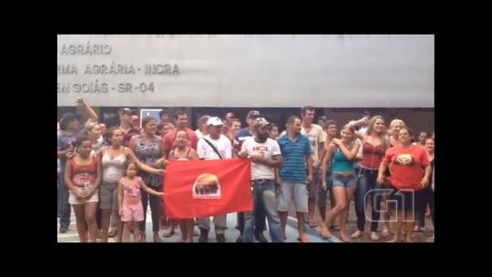 Membros do MLST ocupam o pátio do Incra durante protesto, em Goiânia