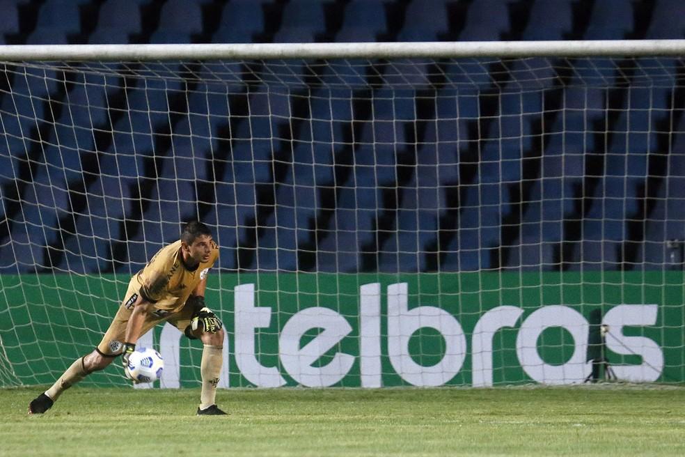 Douglas Borges assumiu a titularidade do Botafogo na segunda partida e não saiu mais do gol — Foto: Vitor Silva/Botafogo
