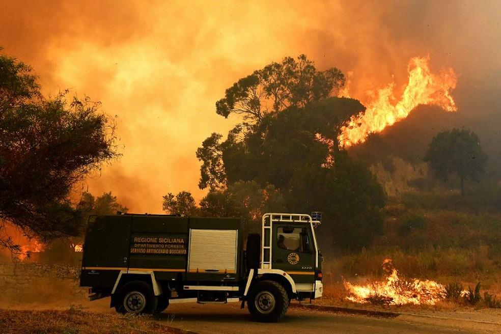 Foto de arquivo mostra incêndio em Annunziata, Messina, no nordeste da Sicília, em julho de 2017. Bombeiros foram presos por suspeita de provocar incêndio  (Foto: Giovanni Isolino / AFP)