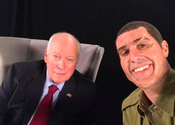 O ator Sacha Baron Cohen entrevistando fantasiado o ex-vice-presidente dos EUA Dick Cheney (Foto: Instagram)