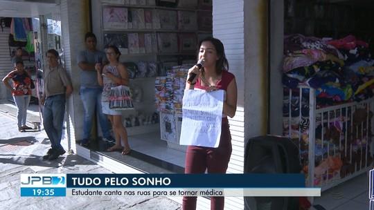 Estudante canta nas ruas de Campina Grande para conseguir se tornar médica
