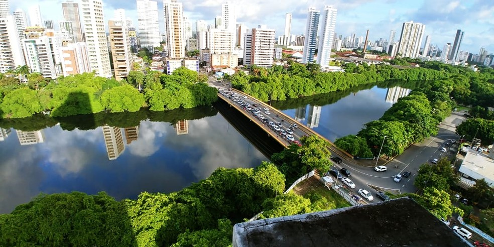 Carros parados na Ponte da Torre, no Recife, em fila para abastecer em posto de combustível na esquina da Rua Amélia com Avenida Rui Barbosa, nesta terça-feira (29) (Foto: Bruno Fontes/TV Globo)