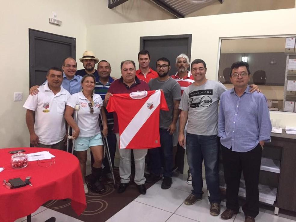 Valter Mangini (com a camisa nas mãos) quando foi eleito presidente do Comercial-MS — Foto: Divulgação/Comercial-MS