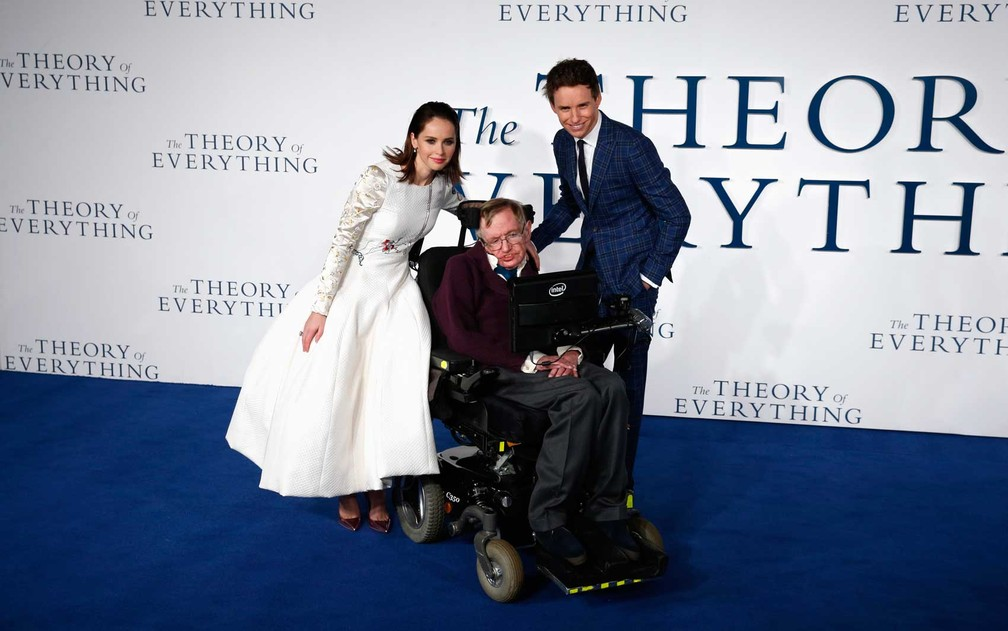 Atores britânicos Felicity Jones (Esquerda) e Eddie Redmayne e o cientista na estreia do filme 'The theory of everything' em Londres, em 2014 (Foto: Justin Tallis / AFP Photo)