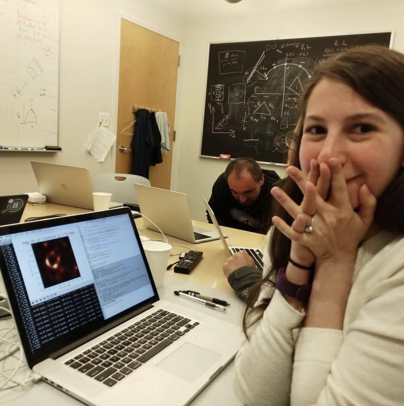 Katie Bouman após avistar a primeira imagem de um buraco negro (Foto: Facebook)