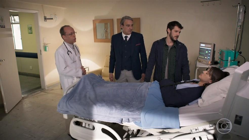 Giovanni (Jayme Matarazzo) e Aparício (Alexandre Borges) descobrem que Camila (Agatha Moreira) está em coma - 'Haja Coração' — Foto: Globo