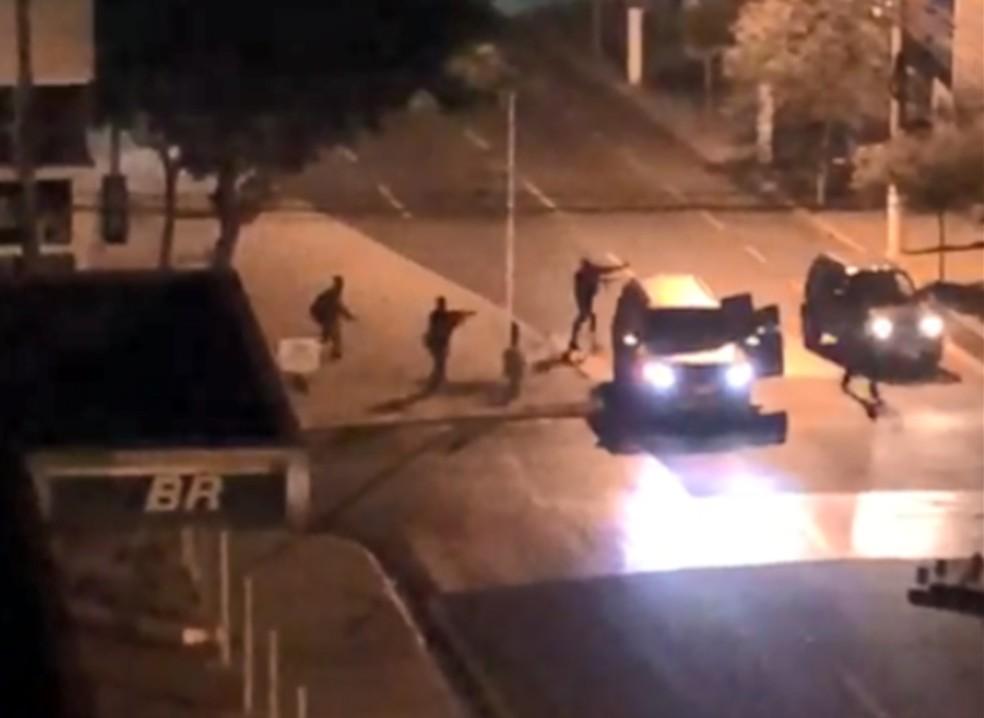 Quadrilha fortemente armada rendeu motorista que passava pelo local na hora da ação em Ourinhos — Foto: Reprodução