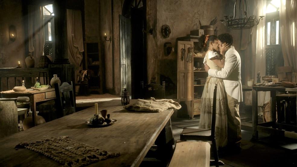 Jorge/Samuel (Michel Gomes) e Zayla (Heslaine Vieira) se beijam em 'Nos Tempos do Imperador' — Foto: Globo
