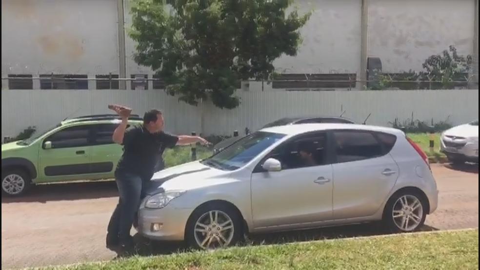 Motorista da Uber ameaça homem no Aeroporto JK (Foto: Reprodução)