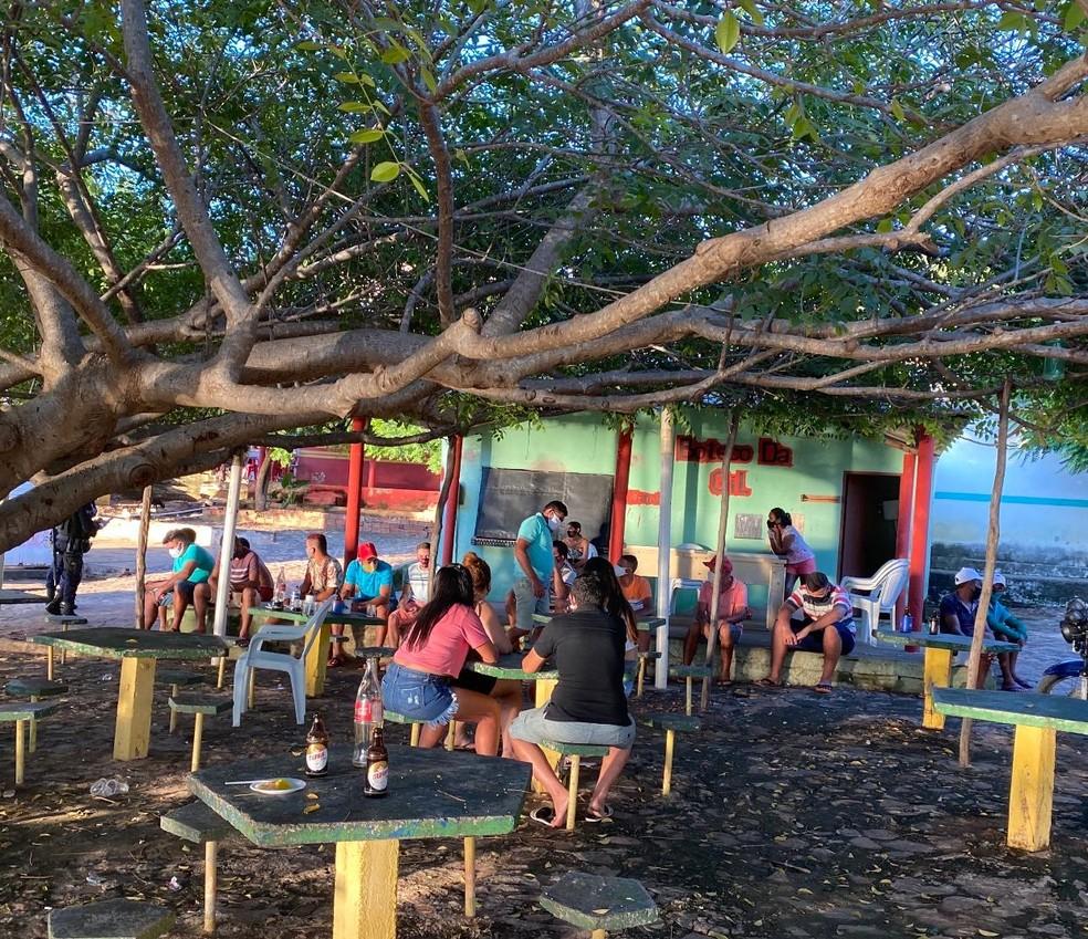 Festa irregular contava com 20 pessoas às margens de um açude. — Foto: Divulgação/PMCE