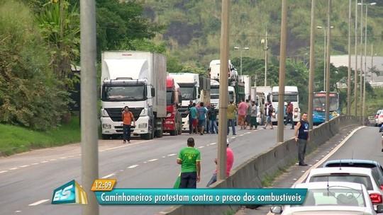 Caminhoneiros fazem protesto em pontos da BR-101 no ES