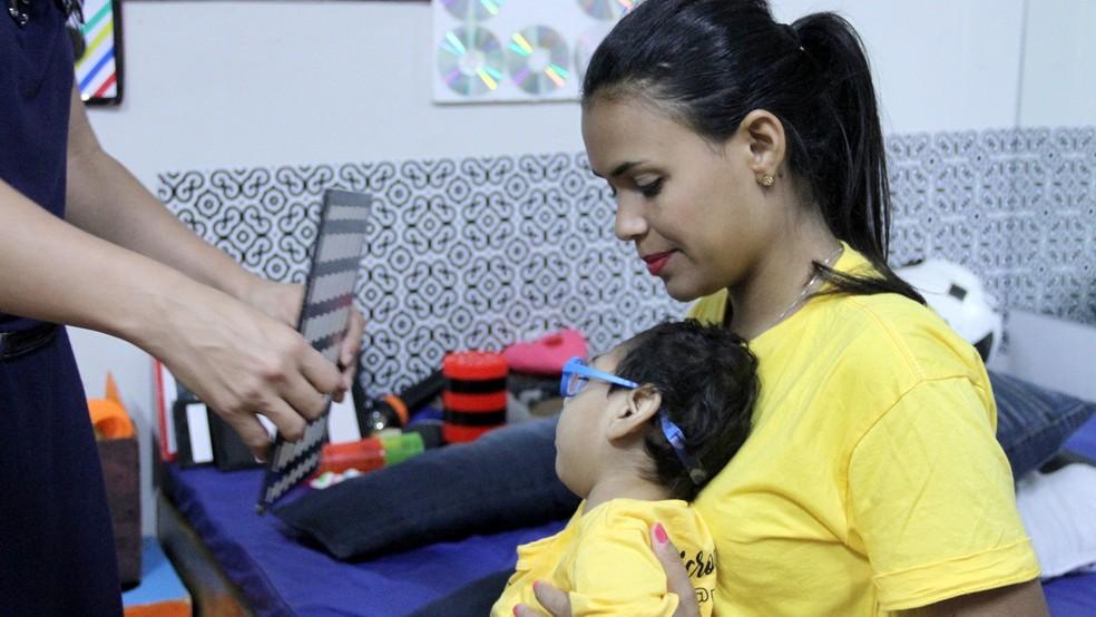 Janine tem esperança que o filho vai andar e falar no futuro (Foto: Krystine Carneiro/G1)
