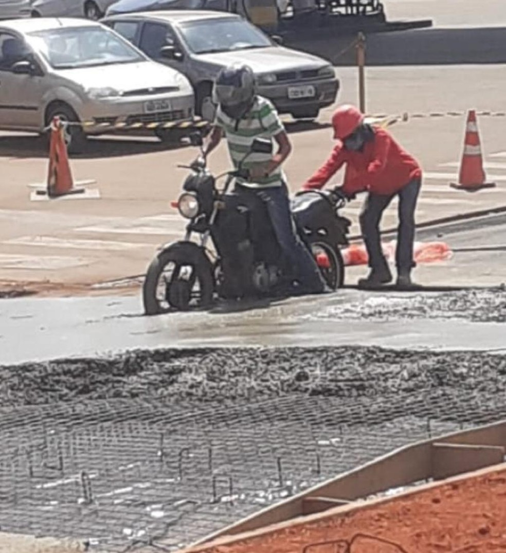 Funcionário ajudou motociclista a sair do cimento em Rio Preto  — Foto: Arquivo Pessoal