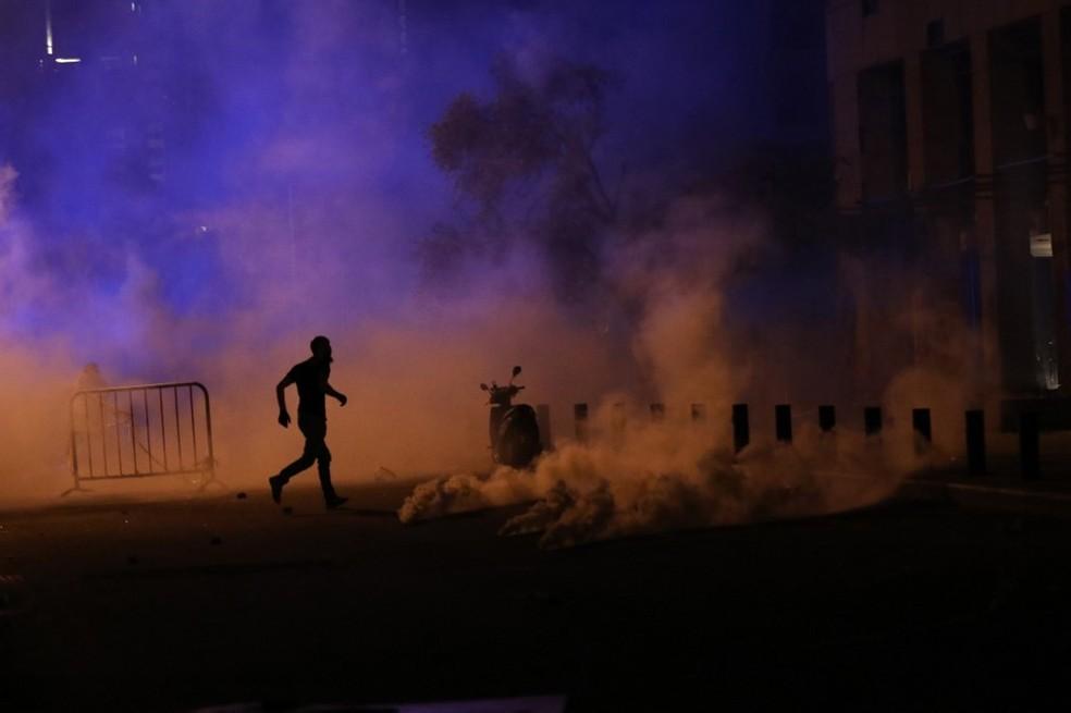 Bombas de efeito moral tentam dispersar manifestantes em Beirute — Foto: AFP