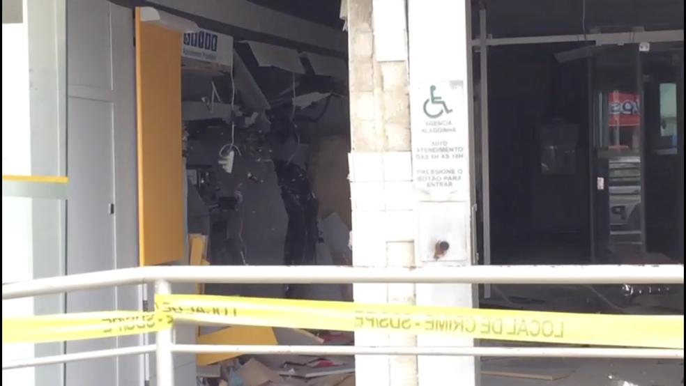 Caixas eletrônicos ficaram destruídos após a ação dos bandidos (Foto: Diogo Franco/TV Asa Branca)