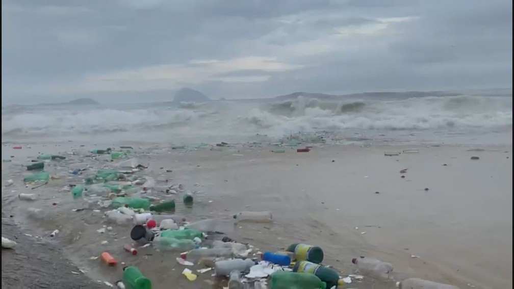 Sujeira chega a faixa de areia  — Foto: Reprodução/TV Globo
