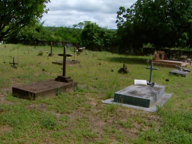 No Cemitério de Bento Quirino, vítimas de febre amarela eram enterradas em covas coletivas (Foto: Reprodução/EPTV)