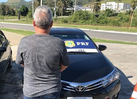 Acusado de integrar quadrilha de jogo do bicho na capital é preso em blitz na BR-101, em Rio Bonito, no RJ