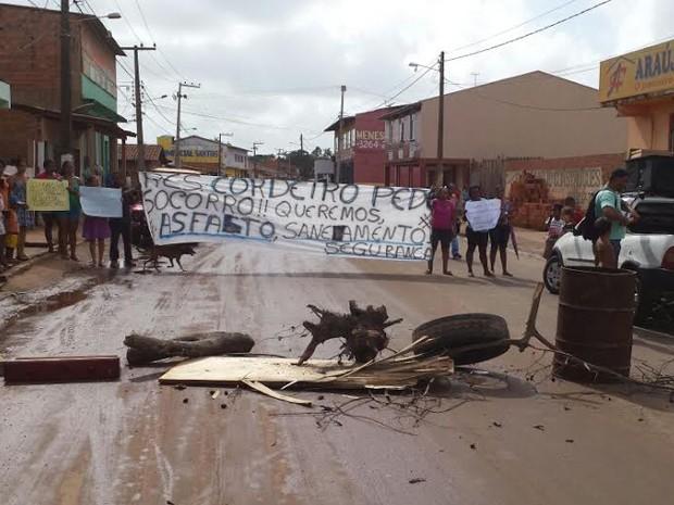 Moradores do Paranã interditam avenida em protesto  (Foto: Domingos Ribeiro/Rádio Mirante AM)