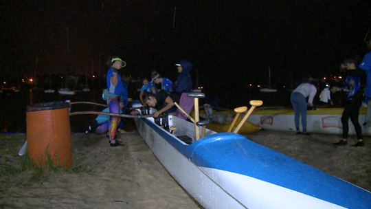 #AlinePorUmDia Thainá pega carona num passeio de canoa havaiana e ainda mostra um bazar online