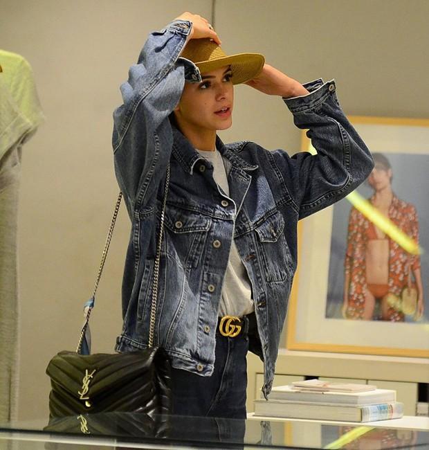Bruna Marquezine experimenta chapéu em loja (Foto: AgNews)