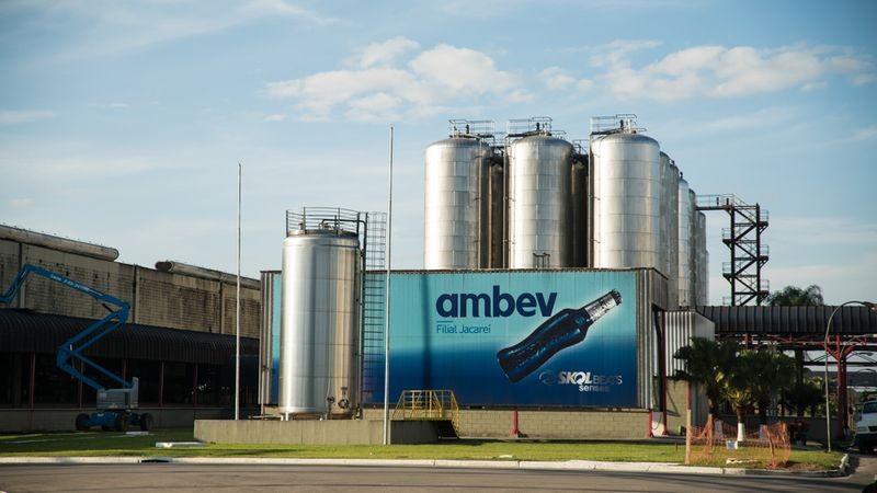 Ambev fecha acordo com startup FNM e Agrale para produção de mil veículos elétricos