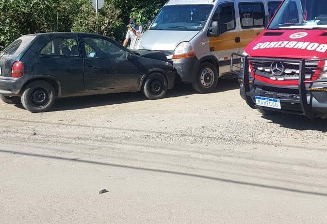 Crianças ficam feridas após acidente entre van escolar e carro em SC