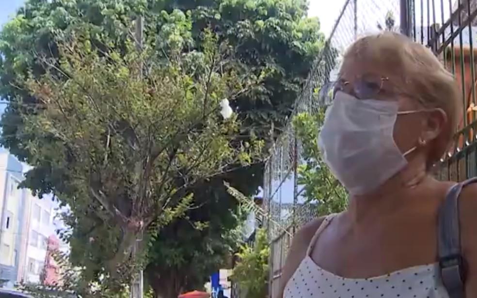 Turista portuguesa Maria Alice tem usado máscaras por medo do coronavírus — Foto: Reprodução/TV Bahia