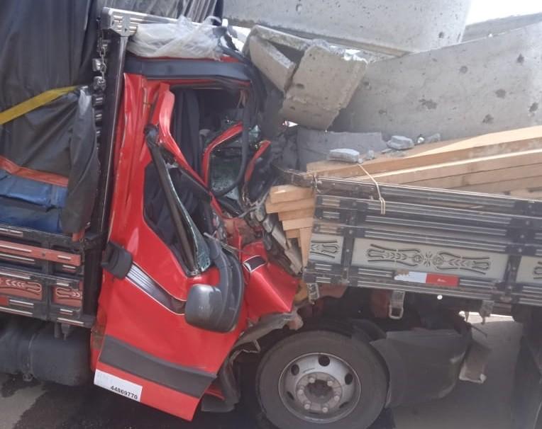 Batida entre caminhões deixa motorista preso às ferragens em rodovia de Capão Bonito