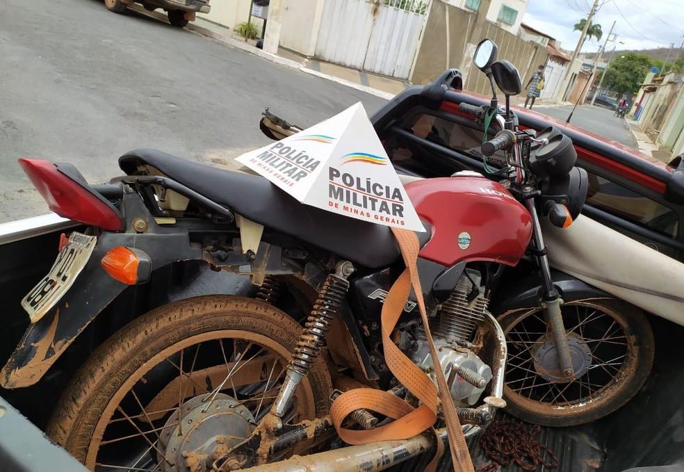 Uma moto também foi apreendida pela PM em Porteirinha — Foto: Polícia Militar / Divulgação
