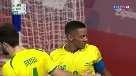 Gol do Brasil! Guilhermão rouba a bola, Neguinho dribla o goleiro e amplia