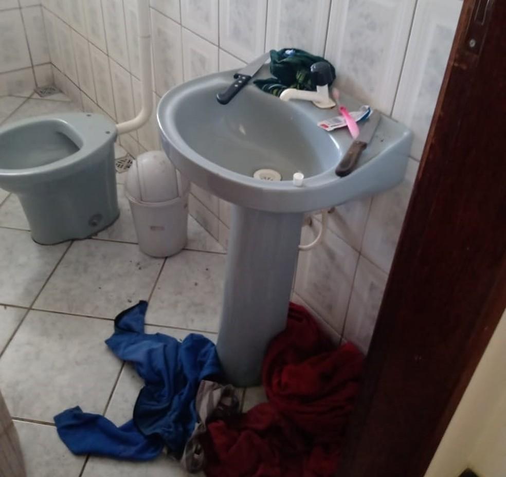 Banheiro da casa onde a criança vivia — Foto: Divulgação/Conselho Tutelar