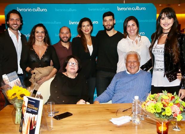 Antonio Fagundes reúne mulher, ex e filhos em noite de autógrafos (Foto: Manuela Scarpa/Brazil News)