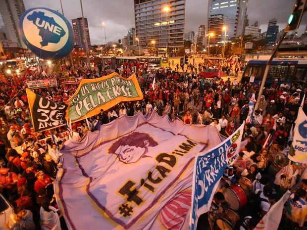 Integrantes de centrais sindicais e movimentos sociais se concentram no Largo da Batata, em Pinheiros, na Zona Oeste de São Paulo, para ato em defesa do mandato de Dilma Rousseff (Foto: Daniel Teixeira/Estadão Conteúdo)
