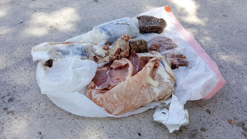 Carne 'cai do céu' sobre telhado de casa e intriga família nos EUA (Foto: Austin Adair via AP)