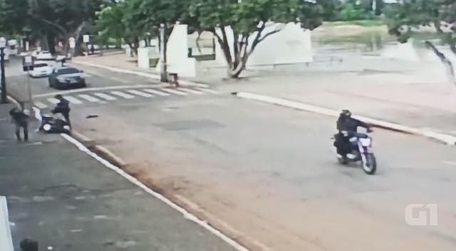 Homem ataca motociclistas em via pública e foge com moto em Rio Branco; veja vídeo