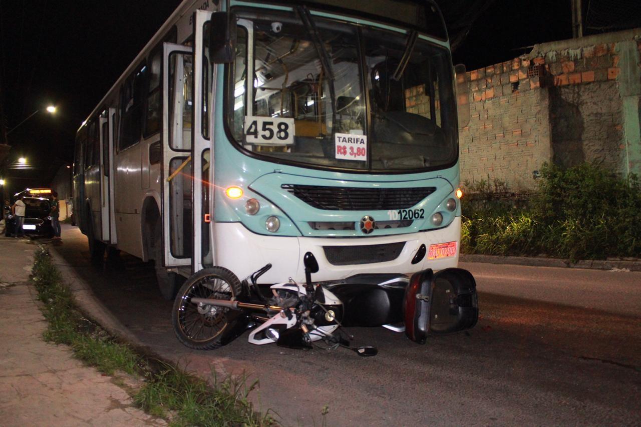 Homem fica ferido após cair de moto e bater em ônibus na Zona Norte de Manaus - Noticias