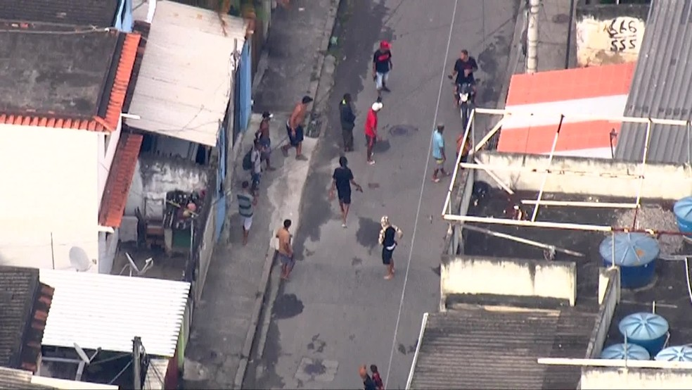 Bandidos fortemente armados correm por ruas da Cidade de Deus durante operação da polícia — Foto: Reprodução / TV Globo