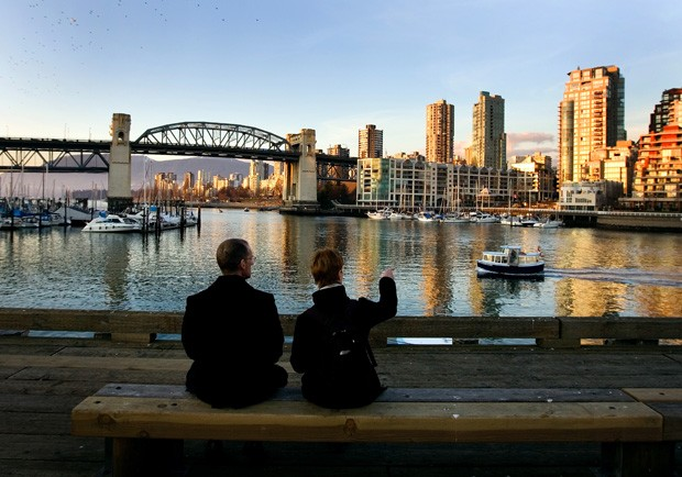 VANCOUVER, CANADA - FEBRUARY 18:  A couple watch a ferry boat approach from their seat on the Granville Island dock February 18, 2009 in Vancouver, British Columbia, Canada.  Vancouver is the host city for the 2010 Winter Olympic Games being held February (Foto: Getty Images)