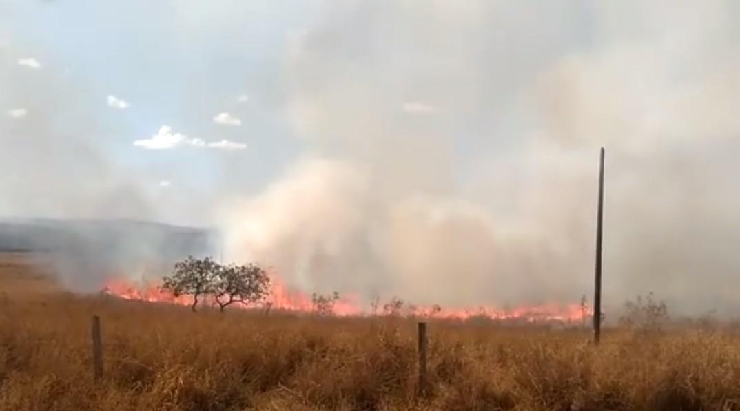 Incêndio atinge área de usina e deixa policiais feridos em MG; famílias do MST resistem a despejo no local