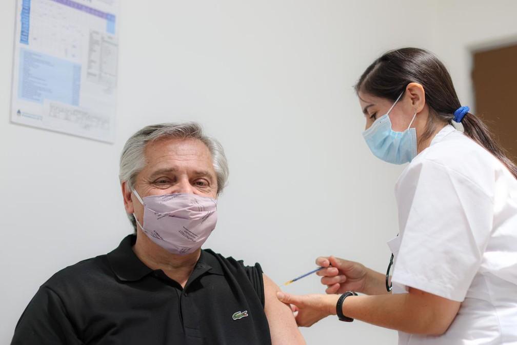 Alberto Fernández, presidente da Argentina, recebe primeira dose da vacina Sputnik V em 21 de janeiro de 2021 — Foto: Reprodução/Redes Sociais
