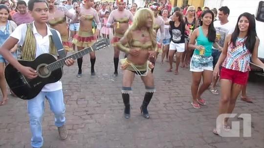 Covers de ex-Calypso dão show e animam foliões em bloco de carnaval