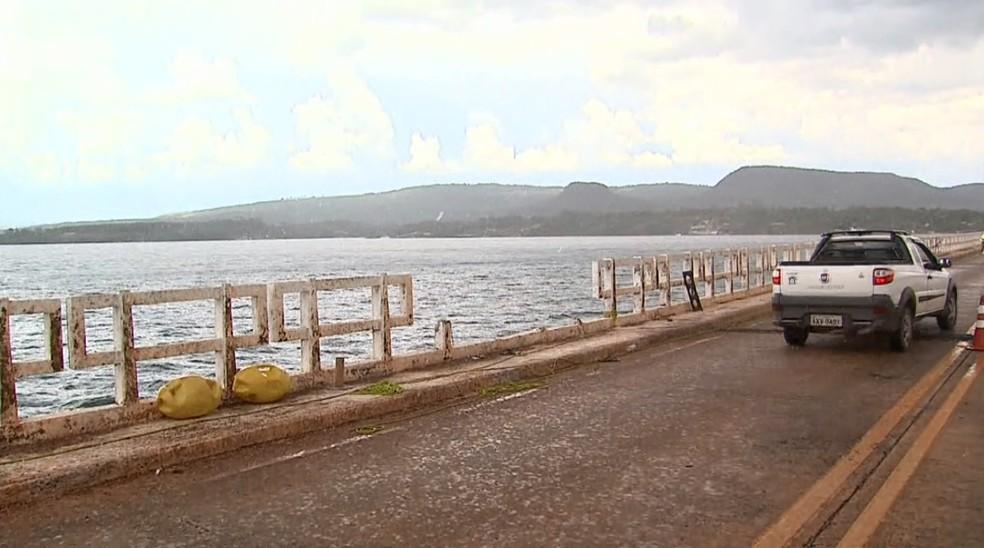 Carro onde irmãos estavam caiu da ponte do Rio Grande em Rifaina, SP — Foto: Chico Escolano/EPTV