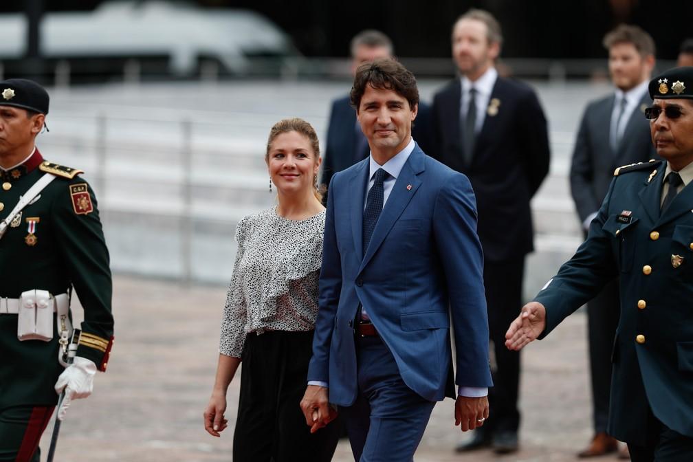 -  O primeiro-ministro canadense Justin Trudeau e sua esposa Sophie Gregoire Trudeau chegam para uma cerimônia no monumento Niños Heroes, na Cidade do M