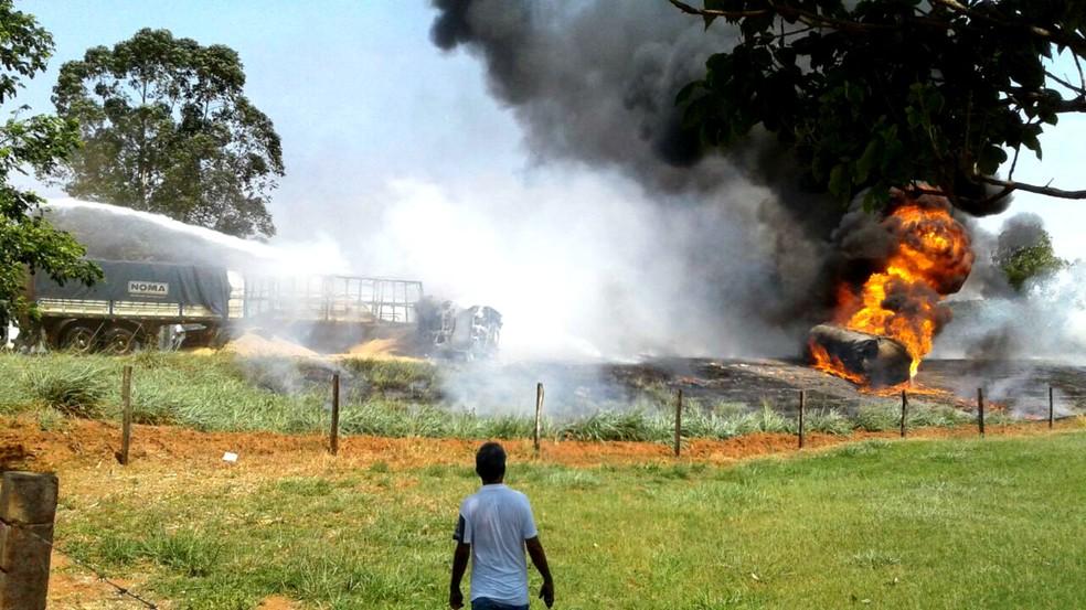 Acidente causou um incêndio de grande proporções  (Foto: Divulgação / Polícia Rodoviária Estadual)