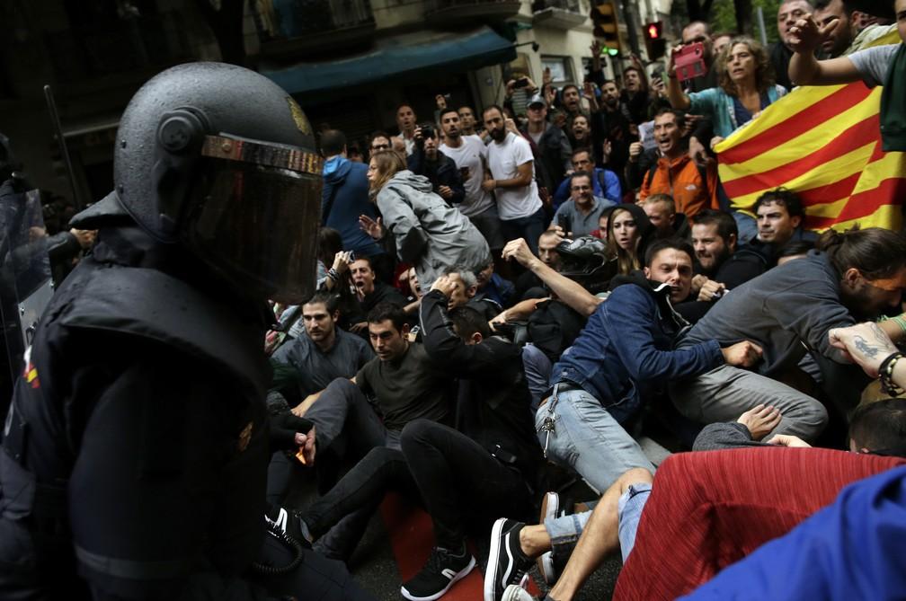 Polícia nacional espanhola entra em confronto com apoiadores do referendo sobre a independência da Catalunha em Barcelona (Foto: Manu Fernandez/AP)