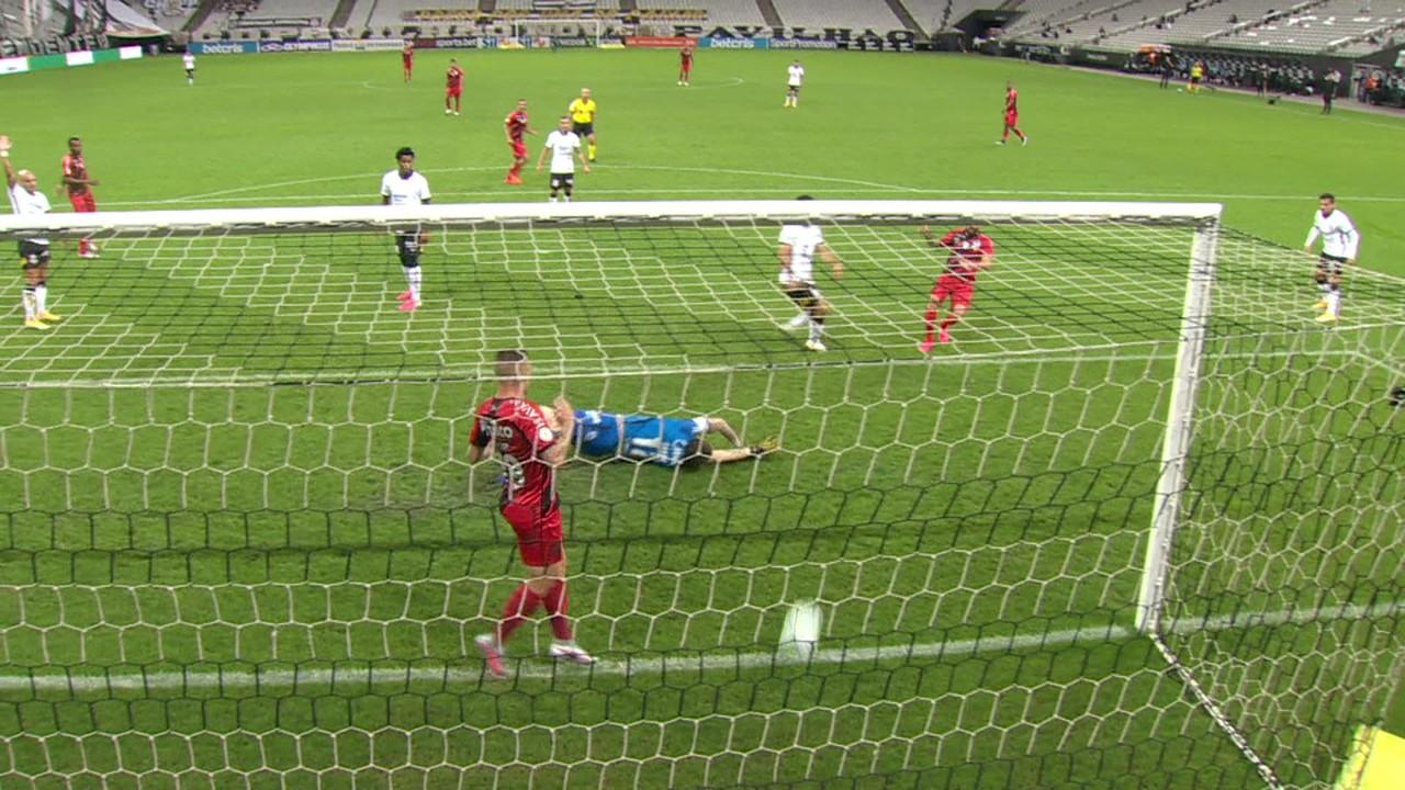 Gol do Athletico-PR! Fernando Canesin fica com o rebote e só empurra para as redes, aos 34' do 1T