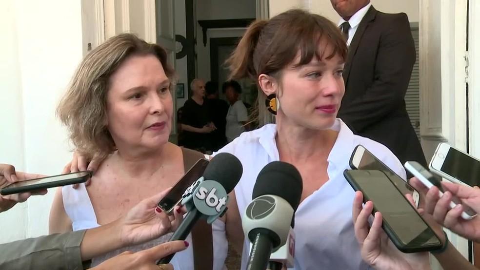 As atrizes Louise Cardoso e Mariana Ximenes fizeram questão de homenagear Caio Junqueira no velório — Foto: Andressa Gonçalves/ TV Globo